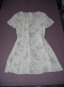 Grå sydd klänning